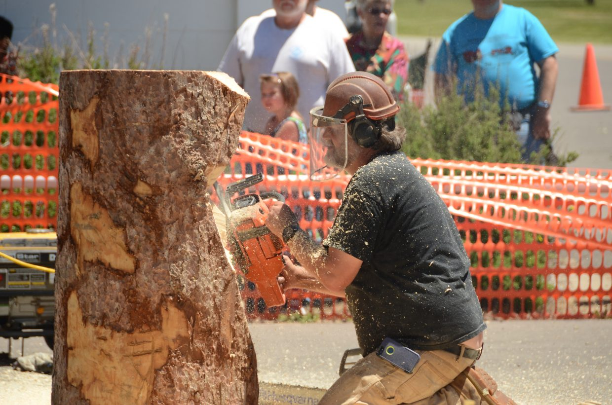 Robert Waits digs into his tree trunk during the quick carve.