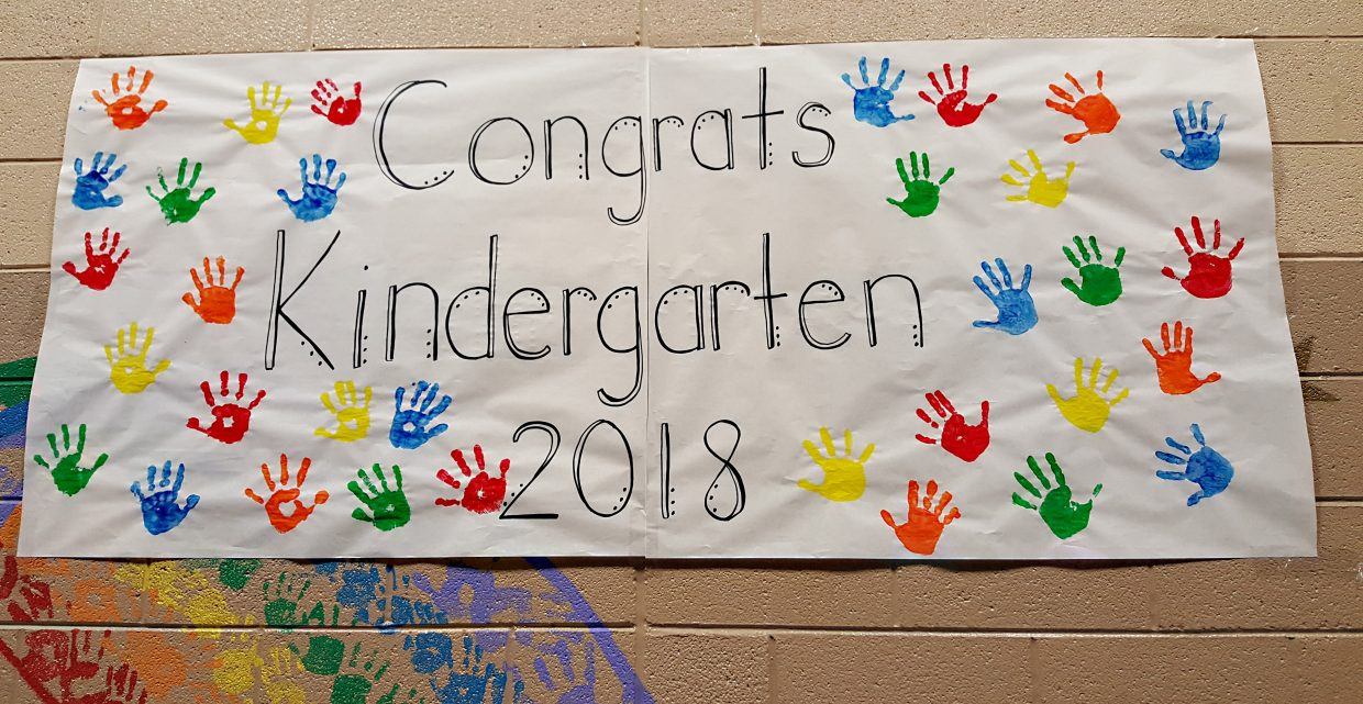 A large banner at Ridgeview Elementary School congratulates kindergarteners graduating in 2018.